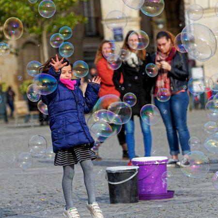 Enfant bulles de savon